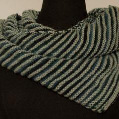 #438 Dreieckstuch asymmetrisch grau/blaugrün. 165 cm breit, 33 cm hoch. 145,-€