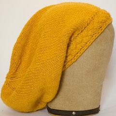 #324 Gelbe Mütze mit Zopf-Bündchen. Umfang ~ 56 cm. 40% Schurwolle, 40% Polyacryl, 20% Viskose     52,-€