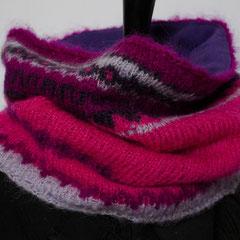 #303 lila-pink-flieder gemusterter Schlauchschal, gefüttert. Umfang 66 cm, Höhe 32 cm. 70% Wolle, 25% Mohair, 5% Polyamid. Futter: 100% Baumwolle     130,-€