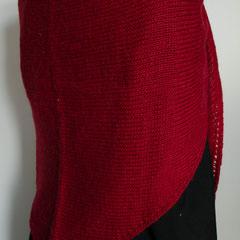 #115 Dreieckstuch rot. 200 cm breit, 70 cm hoch. 35% Wolle, 35% Alpaka, 30% Polyacryl     235,-€