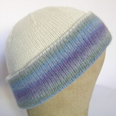 #372 Doppelmütze zum Wenden weiss und blauringel. Umfang ~ 54 cm. Blau: 45% Alpaka, 40% Wolle, 15% Nylon; weiss: 100% Merino     92,-€