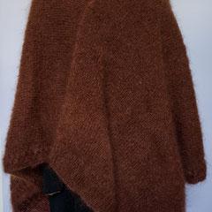 #281  Poncho mit Zopf und Rollkragen, braun. 120 cm lang, Umfang 220 cm. 82% Mohair, 15% Wolle, 3% Polyamid     320,-€