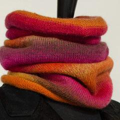 #70 Langer pink-orange-brauner Schlauchschal. Umfang 44 cm, Höhe 61 cm. 75% Schurwolle, 25%Polyamid     92,-€