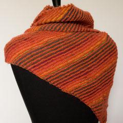 #439 Dreieckstuch asymmetrisch lachs und orange-grau. 180 cm breit, 40 cm hoch. lachs: 80% Polyacryl, 15% Wolle, 5% Mohair. orange-grau: 75% Schurwolle, 25% Nylon     115,-€