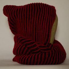 #535 Kapuzen-Wickelschal zweifarbiges Patent rot-schwarz. Umfang Schal 112 cm, Höhe 20/48 cm. 100% Polyacryl     145,-€