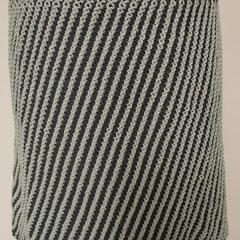 #487 Diagonal-Rock dunkelrauchblau und hellblau. Umfang 84 cm, Länge 42 cm. 100% recycelte Baumwolle     135,-€