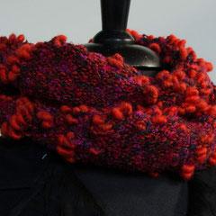 #47 Noppen-Wickelschal rot-violett-schwarz. Umfang 114 cm, Höhe 16 cm. 65% Schurwolle, 35% Viskose     75,-€