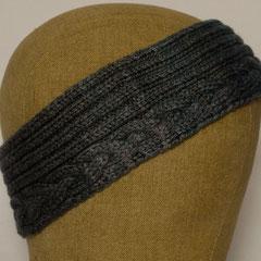 #530 Stirnband mit Zopf, blaugrau. Umfang 54 cm. 70% Merinowolle, 30% Seide     25,-€