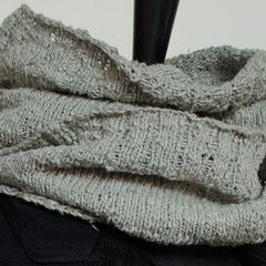 #53 Wickelschal steingrau. Umfang 108 cm, Höhe 28 cm. 100% Seide     95,-€