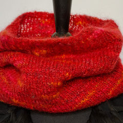 #273 roter mit Mohair-Schlauchschal. Umfang 60 cm, Höhe 35 cm. 38% Polyacryl, 23% Wolle, 20% Mohair, 19% Polyester     48,-€