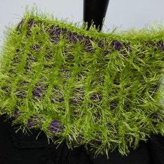#240 Schlauchschal Fussel/glatt maigrün/lila. Umfang 56 cm, Höhe 25 cm. lila: 100% Baumwolle, maigrün: 100% Polyester     42,-€