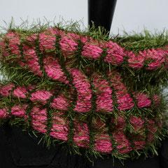 #239 Schlauchschal Fussel/glatt tannengrün/pink. Umfang 54 cm, Höhe 27 cm. pink: 100% Baumwolle, tannengrün: 100% Polyester     42,-€