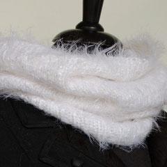 #84 Flausch-Schlauchschal weiss. Umfang 60 cm, Höhe 38 cm. 34% Polyamid, 34% Viskose, 32% Baumwolle     65,-€