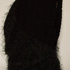 #536 Kapuzen-Schlauchschal schwarz und schwarz mit Fusseln. Umfang Schlauch 70 cm, Höhe 61 cm. Fusselgarn 61% Baumwolle, 39% Polyester, glattes Garn 100% Polyacryl     85,-€