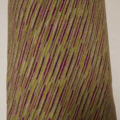 #490 Diagonal-Rock graubeige und pinklilaorange. Umfang 87 cm, Länge 46 cm. 75% Schurwolle, 25% Polyamid     135,-€