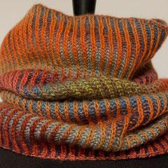#472 Schlauchschal 2farbiges Verlaufs-Patent. Umfang 54 cm, Höhe 42 cm. 80% Schurwolle, 20% Seide     75,-€