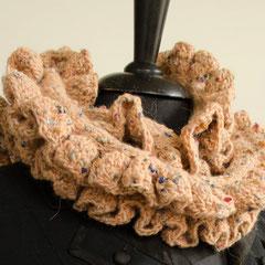 #6 Wickelschal mit Häkelrüschen, beige Tweed. Umfang 124 cm, Höhe 14 cm. Wolle und Polyacryl     85,-€