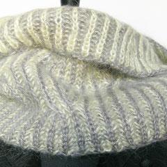 #390 Schlauchschal 2farbiges Patent mit Zopfung. Umfang 64 cm, Höhe 26 cm. 60% Viskose, 35% Mohair, 5% Wolle     82,-€