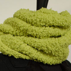 #90 Wickelschal in frühlingsgrün. Umfang 108 cm, Höhe 23 cm. 100% Polyester     65,-€