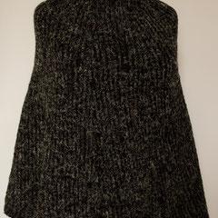 #477 Poncho zweifarbiges Patent, schwarz und anthrazit mit weiss. 57 cm lang, Umfang 170 cm. schwarz: 100% Polyacryl, anthrazit: 90% Polyacryl, 10% Viskose     230,-€