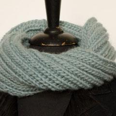 #353 Doppelt gedrehter hell-blaugrüner Querpatent-Schlauchschal. Umfang 60 cm, Höhe 20 cm. 100% Schurwolle     48,-€