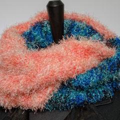 #261 Halb-halb-Fussel-Wickelschal apricot-blau. Umfang 116 cm, Höhe 21 cm. 70% Polyester, 30% Polyacryl     65,-€