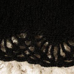 #479 Poncho schwarz mit Häkelkante, tellerförmig (Detail). 55 cm lang, 270 cm Umfang. 85% Polyacryl, 15% Mohair     220,-€