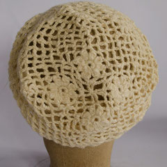 #129 Häkelmütze naturweiss, 9+4 Blüten. Umfang ~ 53 cm. 60% Baumwolle, 40% Polyacryl     45,-€