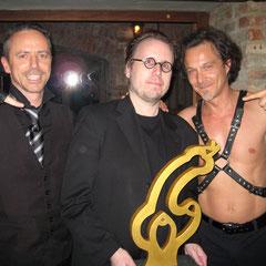 """and the winner is: FP Lenze mit seinem Kurzfilm """"der Pfandlaie"""" hier mit Fexa und Dr Diva und dem Kinky Shorts Award"""