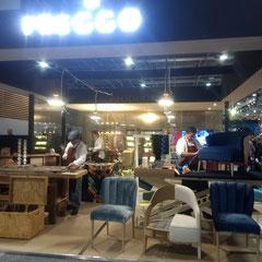 工房さながら、職人がブース内で家具を制作していたポルトガルのブランド 職人技を直で見られるので、人が集まる