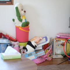Before バランスの崩れた本やおもちゃ。赤丸が空箱だったので本を入れました。