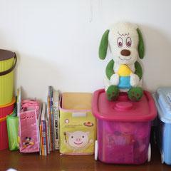After 本を1〜2冊抜いても崩れない様に仕上げました。ピンクのケースは整理をして空いたケースを利用。