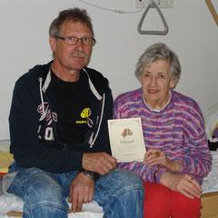 Hako Schulze gratuliert Edith Eilers zu 50 Jahren Mitgliedschaft