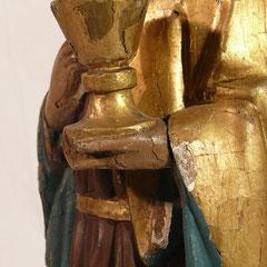 Die farbige Fassung der Skulptur blättert ab