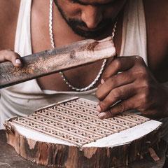 Die Produktion der indischen Stempel  erfolgt ohne maschinelle Hilfe.
