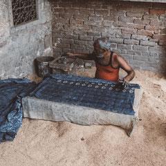 Bagru ist einer der Orte in Indien wo sie spezialisiert sind auf mud resisit Indigo Block Print Textilien.