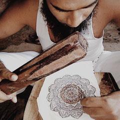 Die indischenStempel werden von Hand mit einfachen Werkzeugen geschnitzt. Hier z.B., nach Vorlage meines Entwurfs.