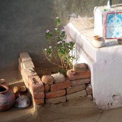 Kleiner Graten bei einer Familie in  Rajasthan