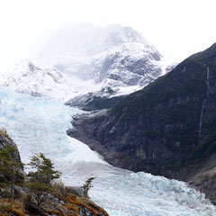 Der Serrano-Gletscher zwischen den Felsen