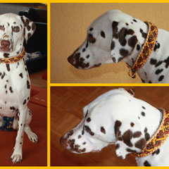 Ivette trägt das gleichnamige Modell in den Farben Gold Diamond, Honecomb, Goldenrod und Rust mit Anhänger Love und Schiebeblumen in den Farben gold und messing