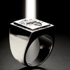 16 Logos Imprimatur, anello in oro con placca incisa in ferro - Gold ring with iron plaque