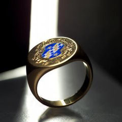 06 Aurea con miniatura in smalto a fuoco e incisione a bulino - Gold engraved signet ring with miniature enamel