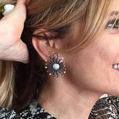 2/12  orecchini sole a lobo cesellati con diamanti . Sun earrings chiseled with diamonds.