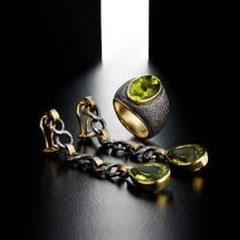 10/12 IdB Lunghi orecchini con peridoto pendente a goccia montati in oro,catena argento brunito/IdB Long amethyst earrings set in gold,chain in burnished silver.
