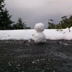 ①「大万木山を眺める雪だるま」 ②コンペイトウ