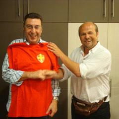 Alessandro Diletti posa con la maglia del Messina donata dal vicepresidente Cesare Natoli