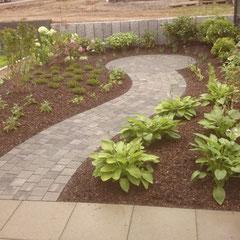 Gartenweg mit Naturstein