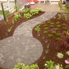 Natursteinverlegung im Garten