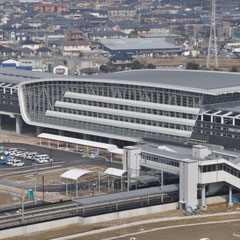 JRの新鳥栖駅の全景です。上に新幹線、下に在来線があります。