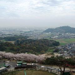 この辺りの景色、右上に朝日山が見えます